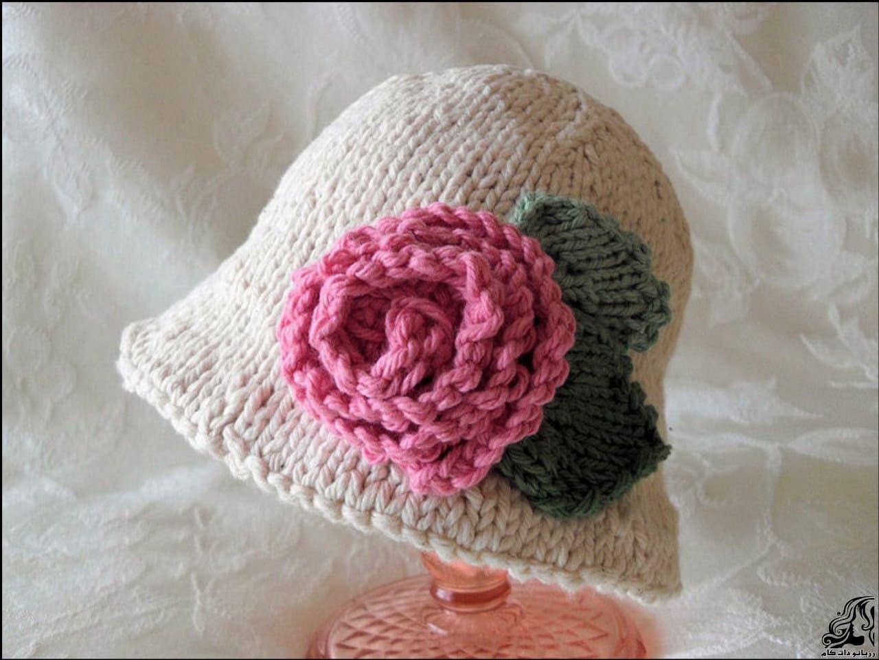 آموزش رج به رج بافت کلاه کودک با یک گل رز در کناره کلاه